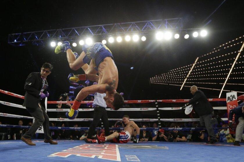 El boxeador celebra su conquista dando una maroma