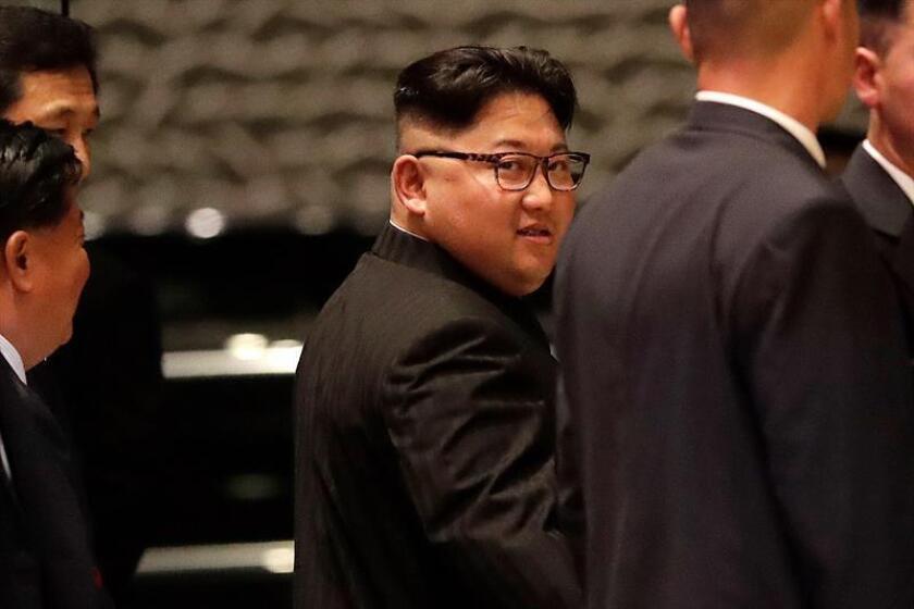 El líder norcoreano, Kim Jong-un (c), sale del hotel Marina Bay Sands durante su visita al centro de Singapur hoy, 11 de junio del 2018. El presidente estadounidense, Donald Trump, y el líder norcoreano, Kim Jong-un, se reunirán a solas durante un tiempo al comienzo de su cumbre de mañana martes en Singapur, informó hoy la Casa Blanca. EFE