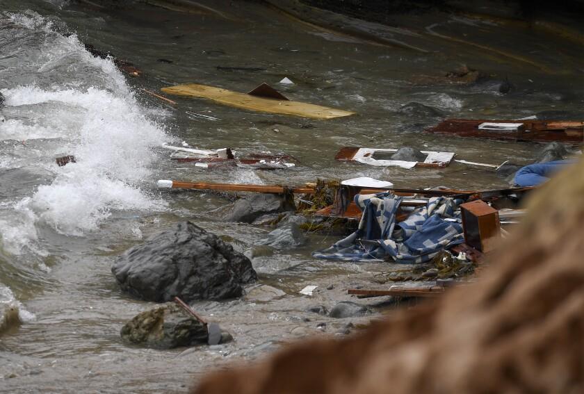 Escombros de una lancha que zozobró yacen en la costa del Monumento Nacional Cabrillo