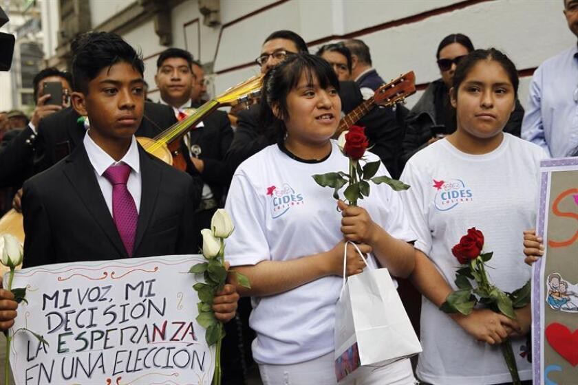 Niños del Centro Colibrí cantan al próximo presidente de México, Andrés Manuel López Obrador, hoy jueves 13 de septiembre de 2018, en Ciudad de México (México). EFE