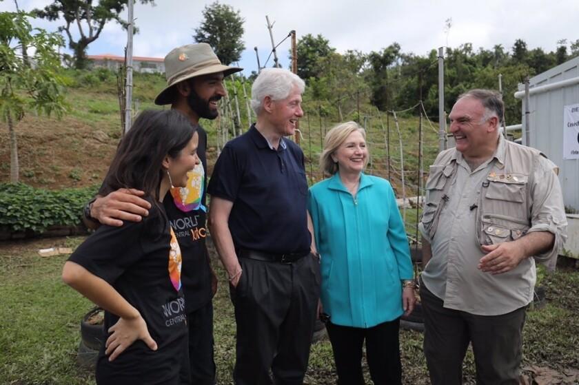 Hillary Clinton, junto a su esposo Bill, durante un viaje realizado a Puerto Rico.