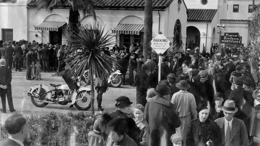 Mourners fill street outside mortuary at Thelma Todd's funeral.