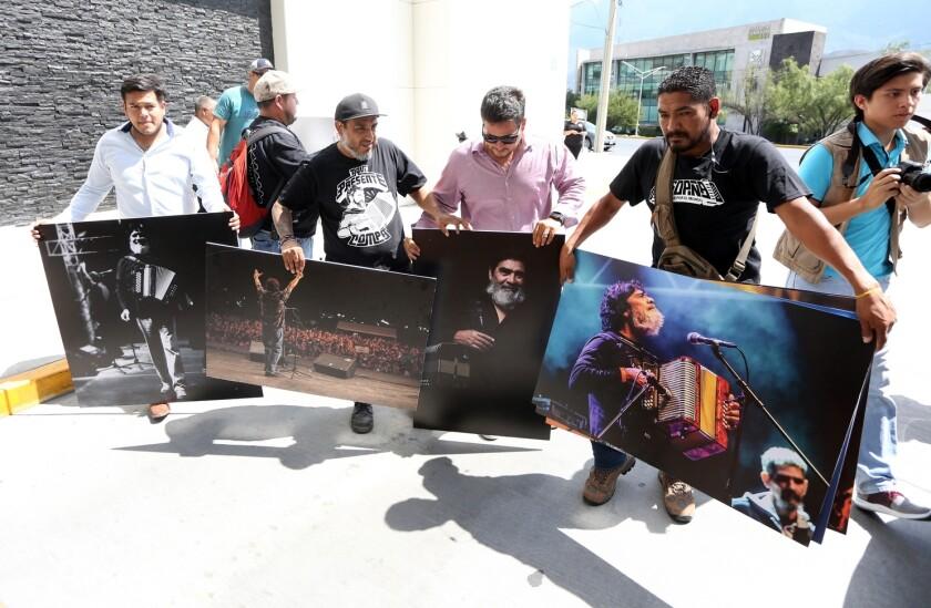 """Con fotos y pancartas despiden a """"El Rebelde del Acordeón"""""""
