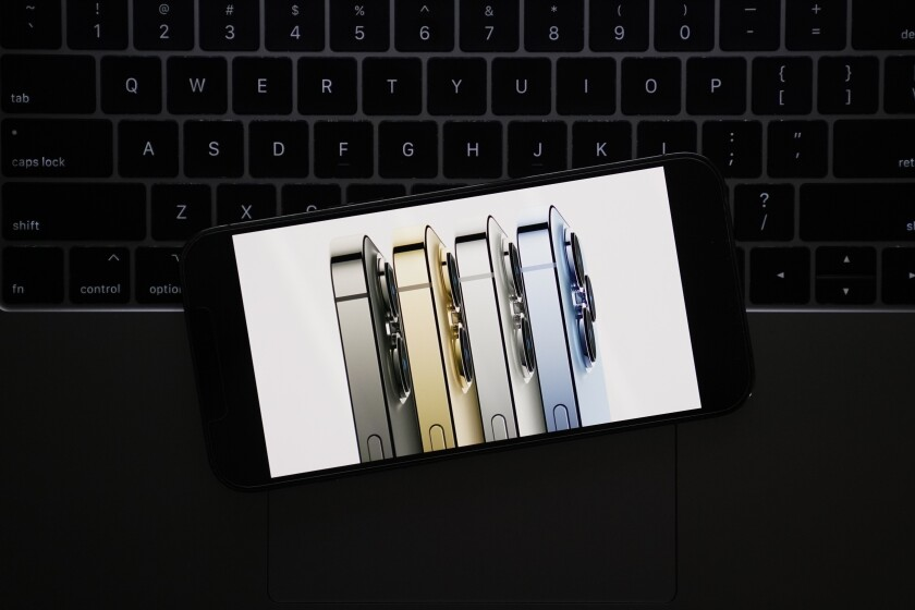 Esta fotografía de una pantalla en La Habra, California, muestra los nuevos modelos del iPhone 13 Pro durante un evento virtual de Apple, el martes 14 de septiembre de 2021. (AP Foto/Jae C. Hong)