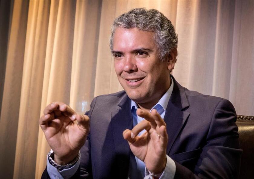 El expresidente colombiano Álvaro Uribe y el candidato presidencial del uribismo, Iván Duque, se reunieron hoy en Miami con líderes del exilio cubano para explorar vías de cooperación en aras de preservar el avance de la democracia en la región. EFE/EPA/ARCHIVO
