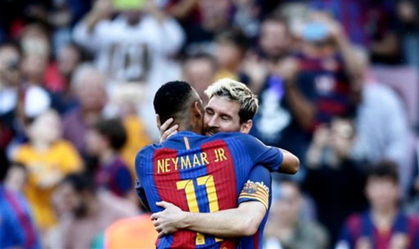 El jugador de Barcelona, Lionel Messi, derecha, festeja con su compañero Neymar tras anotar un gol ante Deportivo La Coruña por la liga española el sábado, 15 de octubre de 2016, en Barcelona. (AP Photo/Manu Fernandez)
