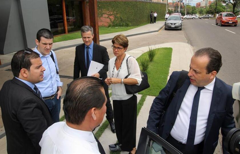 Josmeyr Oliveira (d), abogado de la Asociación de Familiares y Amigos de las Víctimas del Vuelo de Chapecoense (AFAV-C), y Mara Paiva (c), vicepresidenta de la AFAV-C, junto a familiares de las víctimas del accidente de avión del Chapecoense. EFE/Archivo