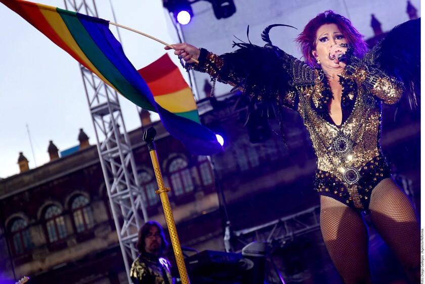 """Como toda una """"Reina de Corazones"""", Alejandra Guzmán (foto) conquistó miles de almas que asistieron ayer al concierto conmemorativo de la 38 Marcha del Orgullo Gay en la Plancha del Zócalo capitalino."""