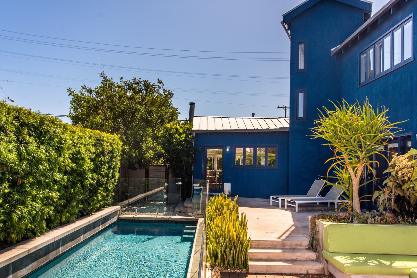 Home of the Day: Big blue in Santa Monica's Sunset Park