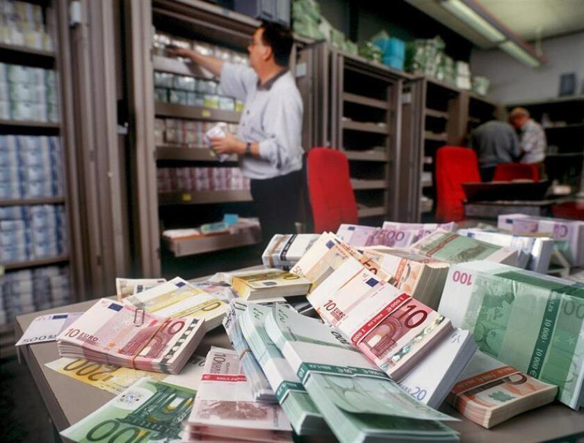 En la imagen, unos billetes de euro de banco en el departamento de cambio extranjero del Union Bank de Suiza. EFE/Archivo