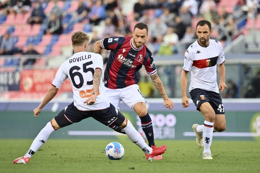 Marko Arnautovic, centro, del Bologna, enfrenta a Nicolo Rovella, del Genoa, en partido de la Serie A en el estadio Renato Dall'Ara de Bolonia, Italia, el martes 21 de septiembre de 2021. (Massimo Paolone/LaPresse vía AP)