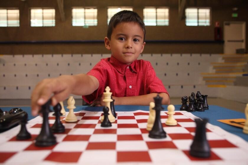 """Una escena de la comedia dramática """"El Jeremías"""", en la que Martín Castro interpreta a un niño de 8 años de Hermosillo, Sonora, que es catalogado como genio pese a provenir de una familia nada intelectual."""
