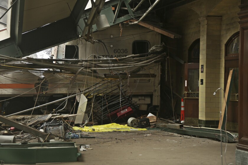 Esta foto del 1 de octubre de 2016 provista por la Junta Nacional de Seguridad en el Transporte muestra los daños causados por un tren de pasajeros en la Terminal Hoboken, Nueva Jersey. El choque dejó un muerto y un centenar de heridos. Los investigadores determinaron que el tren iba a velocidad excesiva. (Chris O'Neil/NTSB foto via AP)