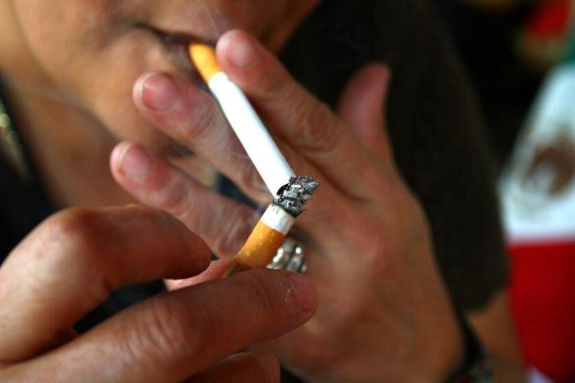 Fotografía de archivo del 13 de enero de 2008, de una mujer que fuma dentro de un comercio establecido de la Ciudad de México. EFE/Archivo
