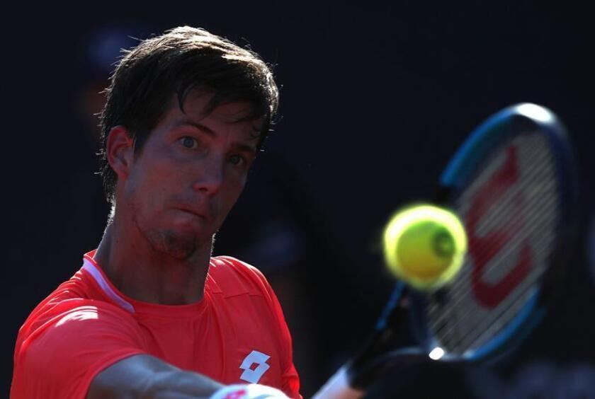 El tenista esloveno Aljaz Bedene fue registrado este viernes al devolverle una bola al boliviano Hugo Dellien, durante un partido del Abierto de Río de Janeiro, en las canchas de tierra batida del Jockey Club Brasileño, en Río de Janeiro (Brasil). EFE