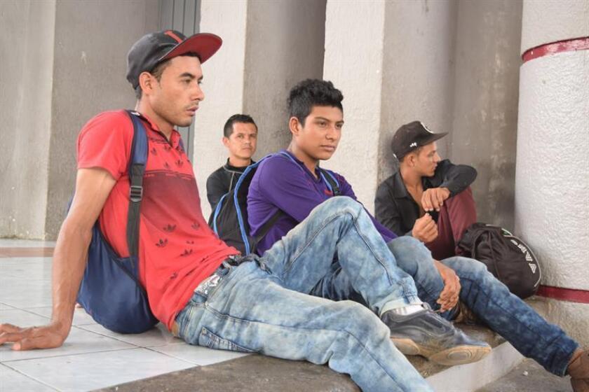 Vista de jóvenes migrantes centroamericanos en la población de Tapachula, en la frontera occidental entre México y Guatemala. EFE/Archivo