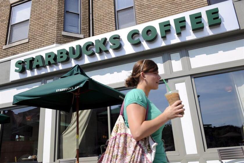 Fotografía que muestra una de las tiendas de Starbucks Coffee en el barrio Adams Morgan en Washington, D.C. (EEUU). EFE/Archivo