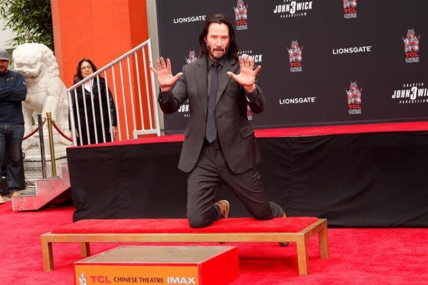 El actor canadiense Keanu Reeves se prepara para imprimir las huellas de sus manos este martes, en el Teatro Chino, en Hollywood (Estados Unidos). EFE