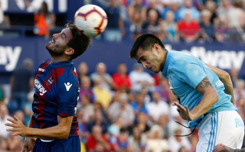 El delantero uruguayo del Celta de Vigo, Maximiliano Gómez (d), disputa un balón frente al centrocampista del Levante, José Campaña (i), durante el encuentro correspondiente a la segunda jornada de LaLiga Santander. EFE/Archivo