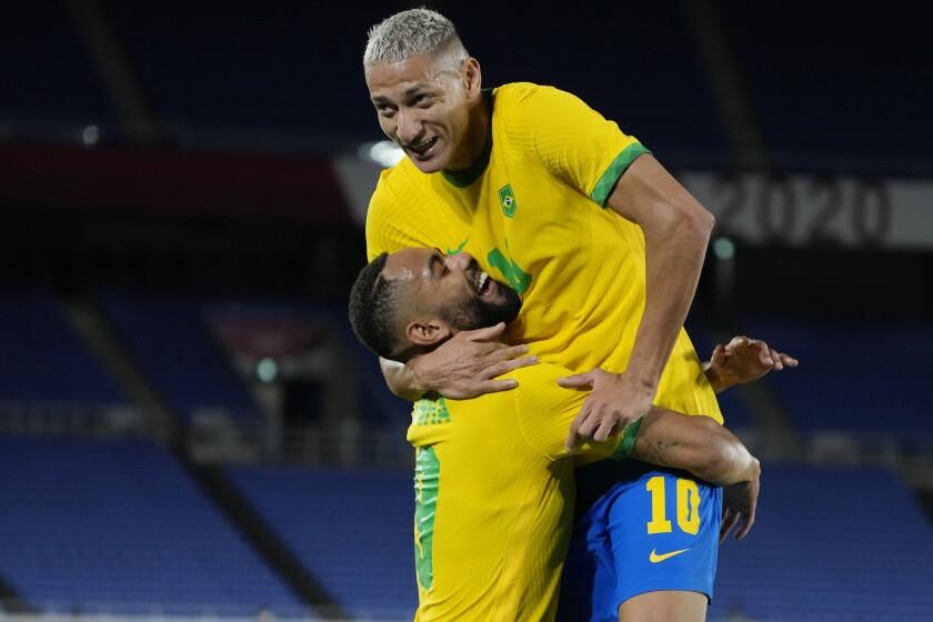 El brasileño Richarlison, a la derecha, celebra tras anotar el tercer gol de su equipo contra Alemania