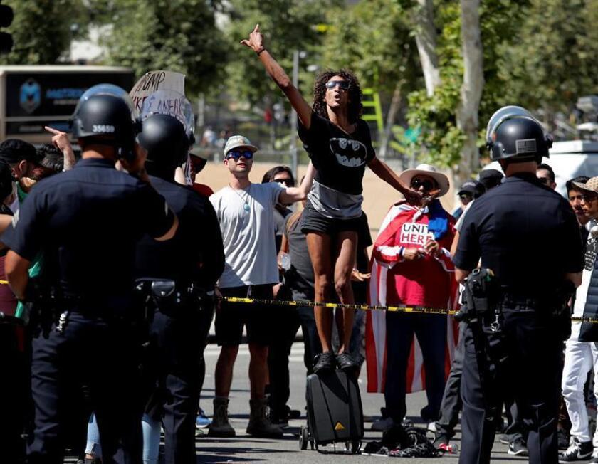 Manifestantes protestan durante el Día Internacional de los Trabajadores el lunes 1 de mayo de 2017, en Los Ángeles, California (EE.UU.). EFE/Archivo