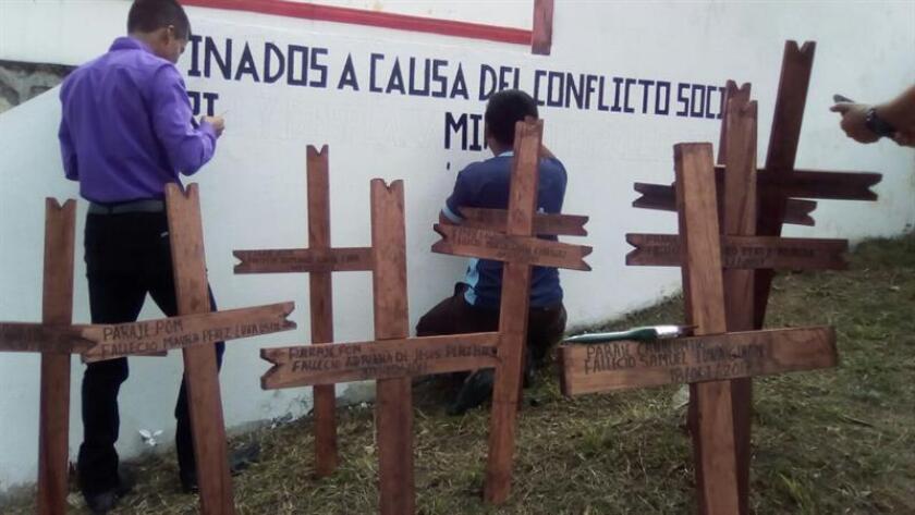 Fotografía cedida por la Comisión Nacional de los derechos Humanos (CNDH), fechada el día 29 de diciembre de 2017, muestra a dos personas mientras escriben un mensaje en el municipio de Chenalhó, en Chiapas (México). EFE/CNDH/SOLO USO EDITORIAL