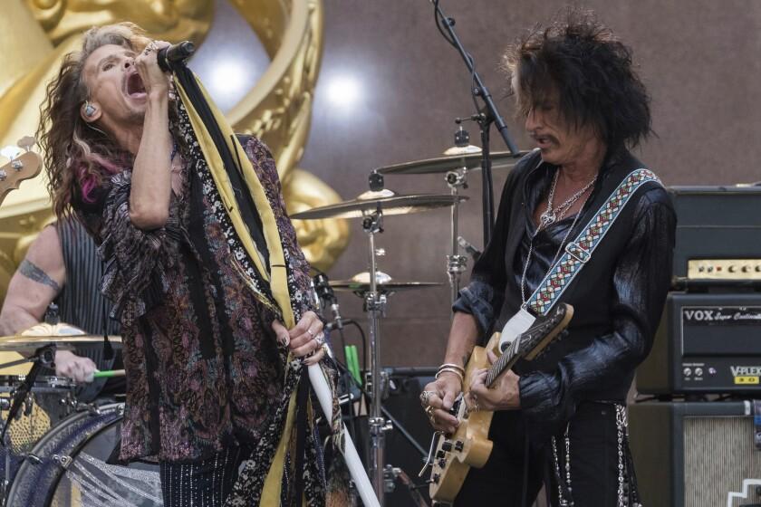 """Steven Tyler y Joe Perry de Aerosmith diurante un show de """"Today"""" en el Rockefeller Center."""