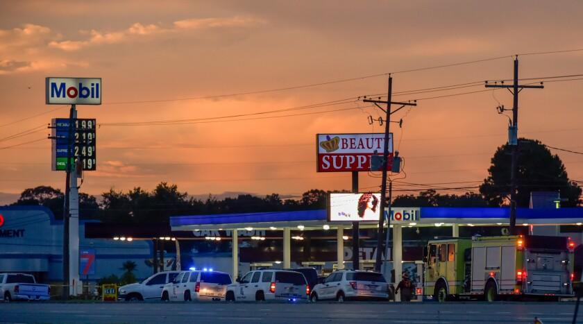 En esta imagen de archivo, tomada el 17 de julio de 2016, policías de Baton Rouge investiga la zona de la ciudad donde varios agentes fueron baleados y heridos. (Scott Clause/The Daily Advertiser via AP, archivo)