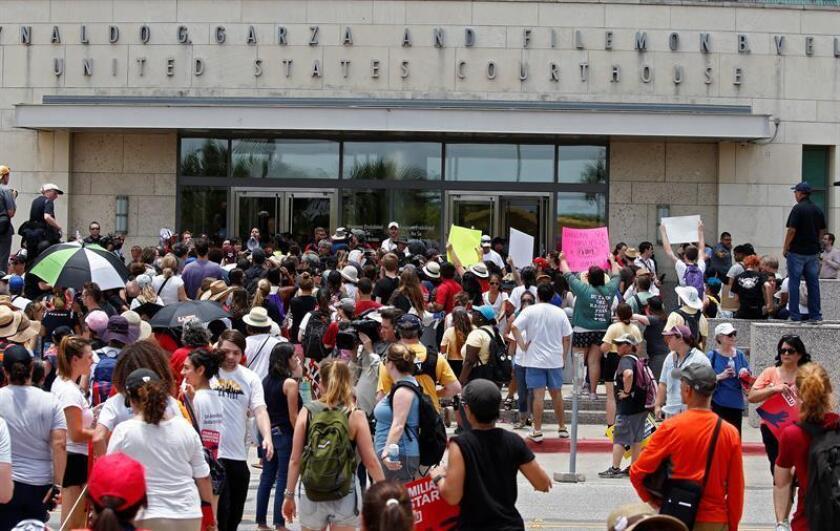Decenas de personas se unen a una manifestación convocada por la Unión Americana de Libertades Civiles (ACLU) frente a la Corte Federal de Brownsville para protestar contra la política de inmigración 'cero tolerancia' de la administración del presidente Trump, el jueves 28 de junio de 2018, en Brownsville, Texas (EE.UU.). EFE/Archivo