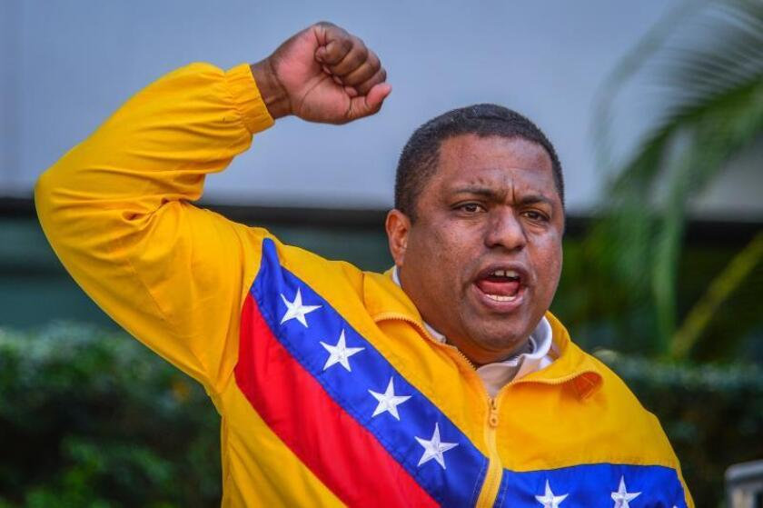 El presidente de Venezolanos Perseguidos Políticos en el Exilio (Veppex), el exmilitar venezolano José Antonio Colina, grita consignas durante una manifestación hoy, frente a la sede del consulado de Venezuela en Miami, Florida (EE.UU.). EFE/Giorgio Viera/Archivo