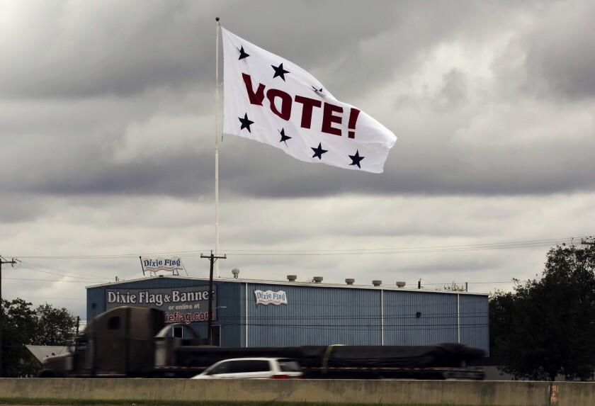 Foto deel 8 de noviembre de 2016; una bandera invita a votar en San Antonio, Texas. Cientos de personas votaron en las presidenciales de noviembre a pesar de no tener documento con foto para ello.