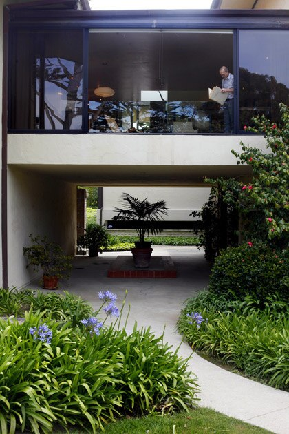 """By Barbara Thornburg Randy Franks wanted to make his dream home out of a 670-square-foot condominium in the coastal community of Montecito, near Santa Barbara, so the interior designer called on his experience restoring a clipper ship for financier E.F. Hutton. """"Living in a tiny space is a lot like living on a yacht: Every square inch is important."""" See how Franks created his shipshape condo …"""