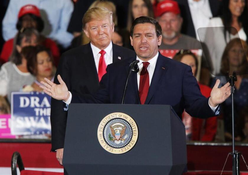 Ron DeSantis, candidato republicano por Florida, habla ante la multitud con el presidente de Estados Unidos, Donald J. Trump, en un mitin en Pensacola, Florida (EE.UU.). EFE