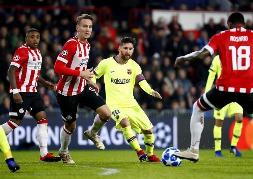 El jugador del PSV Luuk de Jong (i) disputa el balón con Lionel Messi (c), del Barcelona, hoy, durante el partido entre Barcelona y el PSV Eindhoven por la Liga de Campeones de la UEFA, en Eindhoven (Holanda). EFE