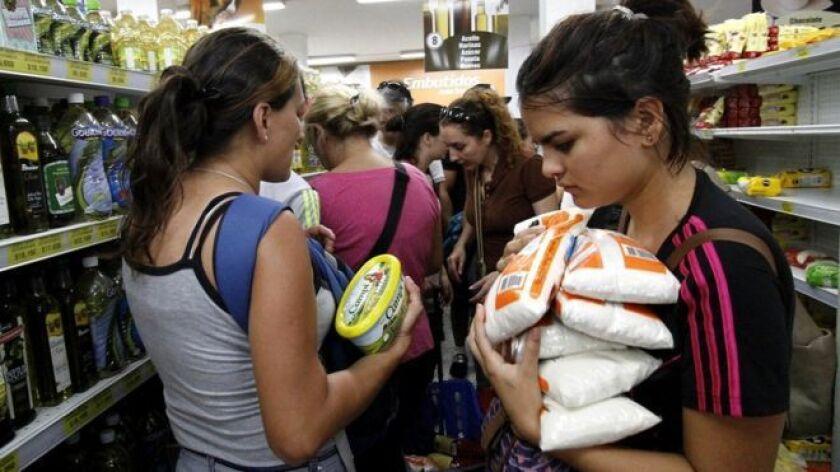 Un contraste en los supermercados de Venezuela: escasez de algunos productos vs. abundancia de otros.