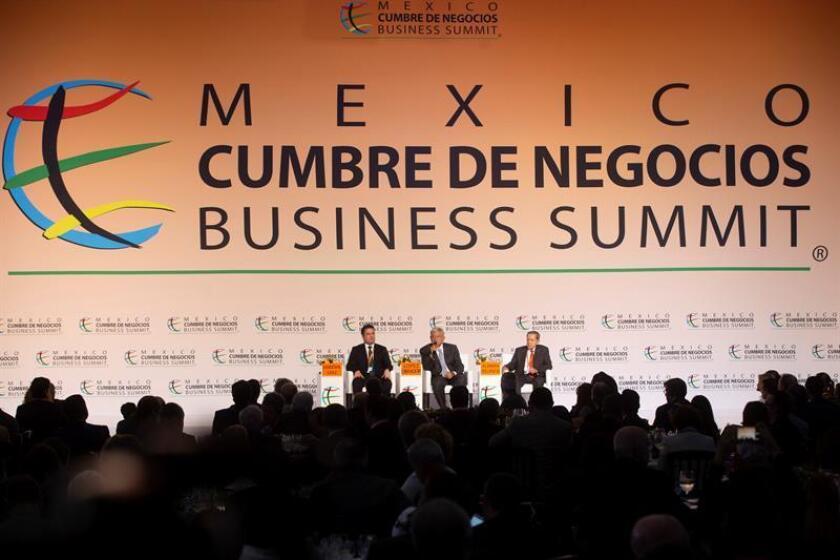 El presidente electo de México, Andrés Manuel López Obrador (c), acompañado del gobernador de Jalisco, Aristóteles Sandoval (i), y del presidente de la Cumbre de Negocios, Miguel Alemán Velasco (d), participa en la Cumbre de Negocios-Business Summit, el martes 23 de octubre de 2018, en la ciudad de Guadalajara, Jalisco (México). EFE/Archivo