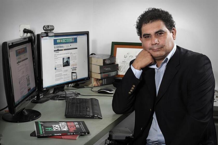 Fotografía cedida por autor fechada el 20 de octubre de 2016, que muestra al escritor y periodista mexicano Juan Cedillo, durante una sesión de fotografías en la ciudad de Veracruz (México). EFE/Cortesía Juan Cedillo/SOLO USO EDITORIAL