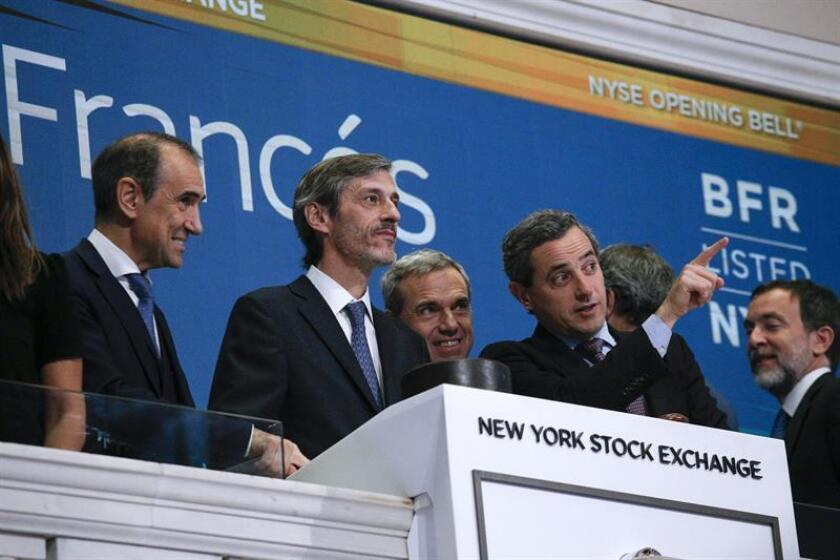 "The CEO of Argentina's BBVA Frances, Martin Zarich (2nd from left), together with New York Stock Exchange vice president Chris Taylor (r), celebrated the 25th anniversary of the Argentine bank's listing on the New York Stock Exchange by ringing the exchange's ""opening bell"" in New York on Nov. 27, 2018. EFE-EPA/Kena Betancur"