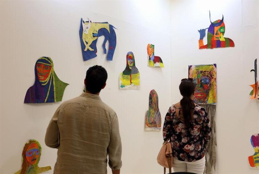 Unas personas observan la obras expuestas por la galería Gavin Browm's Enterprise de Nueva York, en la primera edición de la feria de arte contemporáneo Mercado Caribeño (Meca), el jueves 1 de junio 2017, en el Conservatorio de Música de Puerto Rico en San Juan. EFE/Archivo
