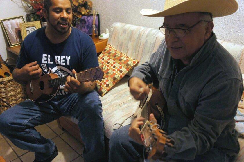 Ángel Javier Perea y Carlos Adolfo Rosario, miembros del grupo de sones jarochos Son de Tijuana, durante un ensayo con vistas a un concierto próximo.
