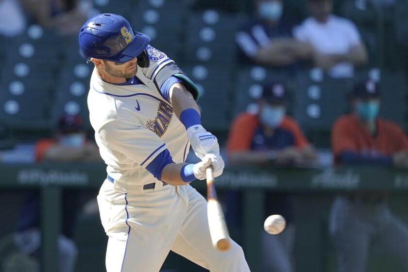 Mitch Haniger de los Marineros de Seattle conecta un doblete productor en la séptima entrada del juego ante los Astros de Houston, el domingo 18 de abril de 2021, en Seattle. (AP Foto/Ted S. Warren)