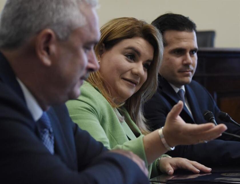 El Gobernador de Puerto Rico Ricardo Rosselló (d) junto a la Comisionada Residente Jenniffer Gonzalez-Colón (c) y el Presidente del Senado, Thomas Rivera-Schatz (i) durante una conferencia de prensa. EFE/Archivo