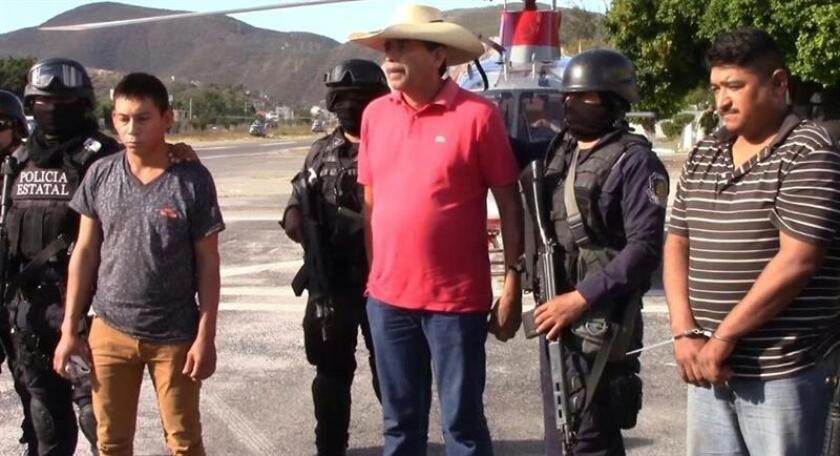 Agentes estatales escoltan hoy, viernes 16 de diciembre de 2016, a tres de las cuatro personas que fueron entregadas a las autoridades por un grupo de autodefensa, tras ser retenidas junto con otras 16, en el municipio de San Miguel Totolapan, en el estado mexicano de Guerrero, al ser señalados por los pobladores por su presunta vinculación con el grupo criminal Los Tequileros. EFE/MÁXIMA CALIDAD DISPONIBLE