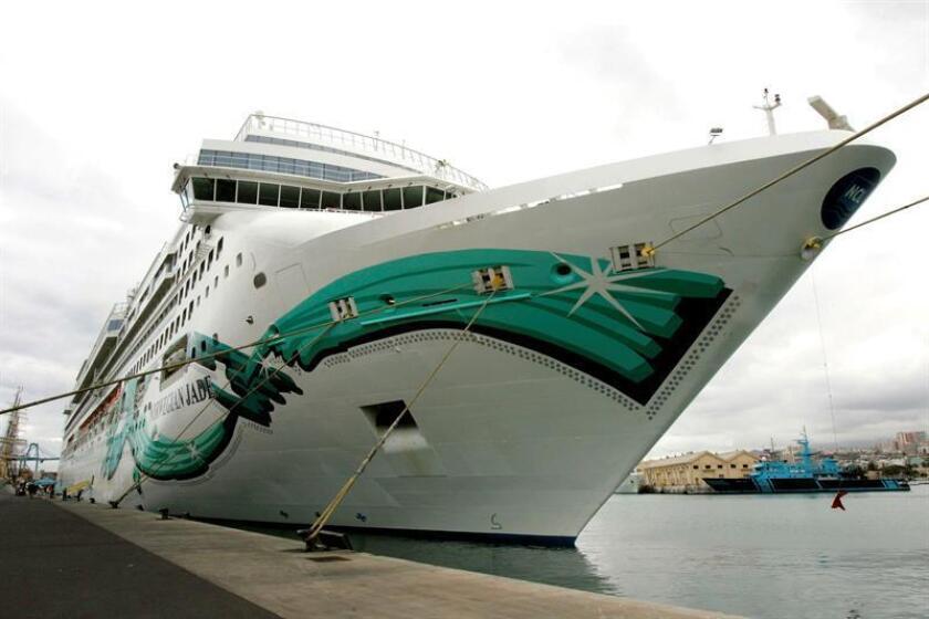 """El barco """"Norwegian Jade"""" de la compañía de cruceros Norwegian Cruise Line, que desde el domingo se encuentra inmovilizado en el muelle Panamericano de San Juan por """"desperfectos mecánicos serios"""", será remolcado hoy hasta Miami. EFE/Archivo"""