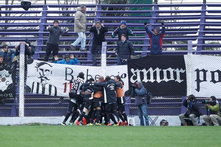 Jugadores de Wanderers de Uruguay celebran un gol, durante un partido. EFE/Archivo