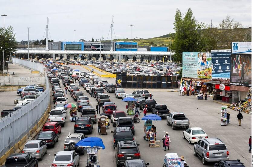 Carros esperan en la línea del cruce fronterizo entre Tijuana y San Ysidro.
