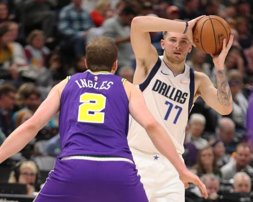 El alero Joe Ingles (i) de Utah Jazz en acción ante el alero Luka Doncic (d) de Dallas Mavericks durante un juego de la NBA este miércoles 7 de noviembre de 2018, en el Energy Solutions Arena de Salt Lake City, Utah (Estados Unidos). EFE