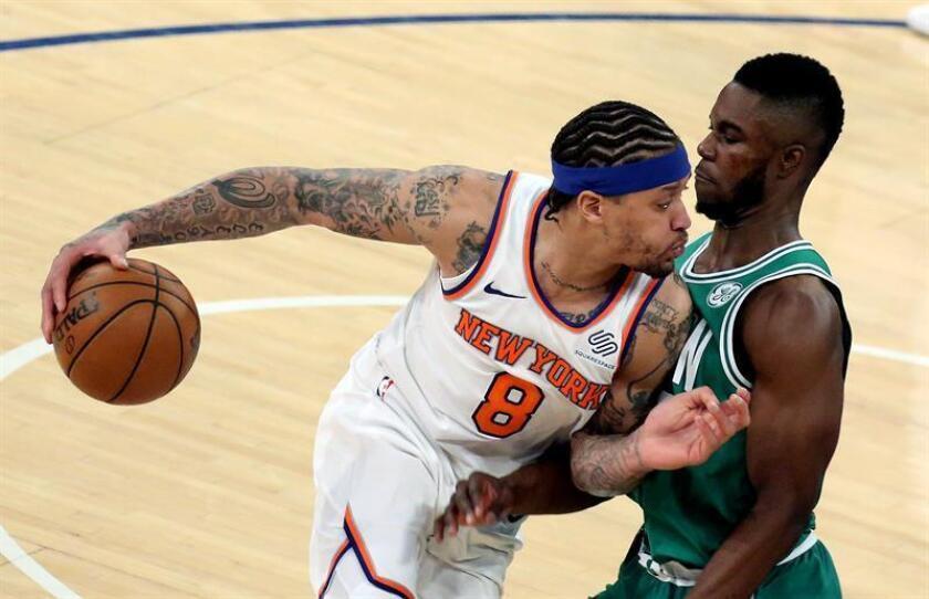 El jugador Michael Beasley (i) de New York Knicks en acción ante Semi Ojeleye de Boston Celtics hoy, jueves 21 de diciembre de 2017, durante un juego entre Boston Celtics y New York Knicks de la NBA, que se disputa en el Madison Square Garden, en Nueva York (Estados Unidos). EFE
