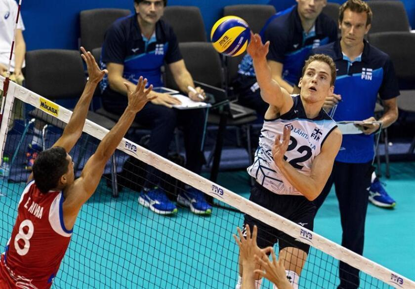 Antti Makinen (R) of Finland in action against Eddie Rivera (L) of Puerto Rico during the 2018 FIVB Volleyball Men's World Championship Pool D match between Puerto Rico and Finland in Varna, Bulgaria, 16 September 2018. (Finlandia) EFE/EPA