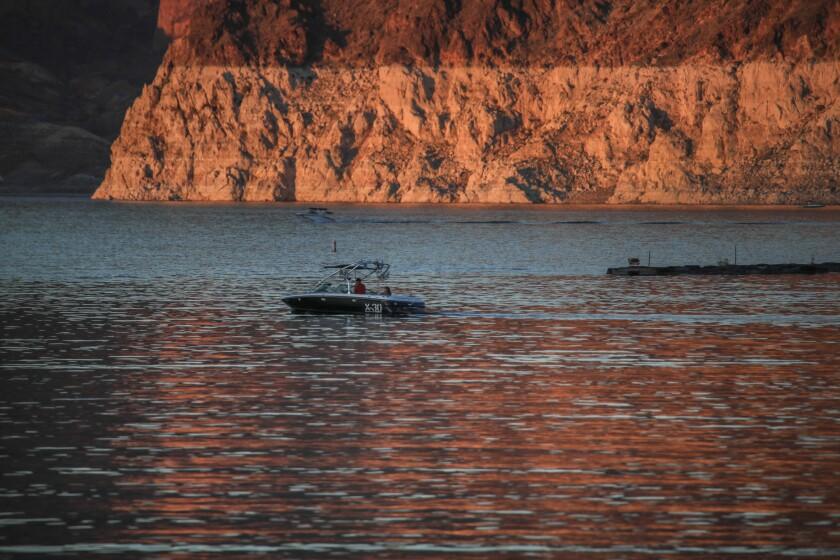 """Con una vista del """"anillo"""" de la sequía en curso, un navegante  toma un paseo en bote"""